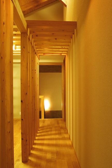廊下は桧格子のトンネル