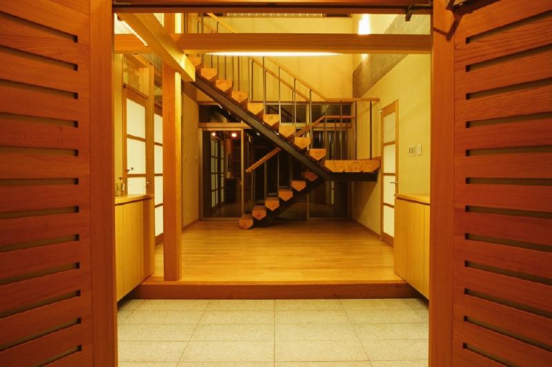 玄関の夜景 階段の向こうは和泉山脈の借景