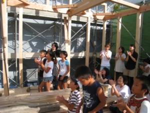 上棟式 式を眺める子供達