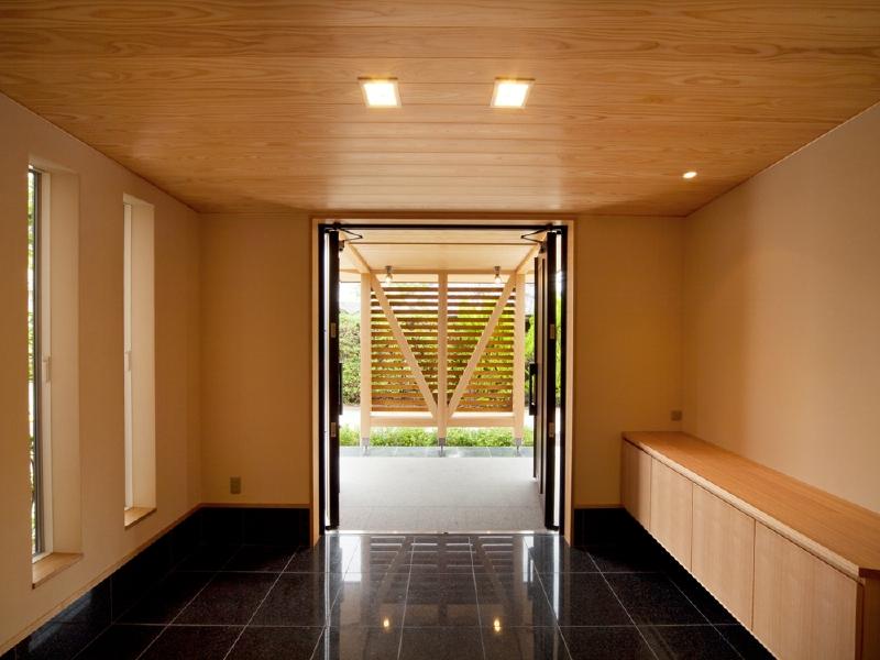 玄関内部 黒みかげ石の玄関