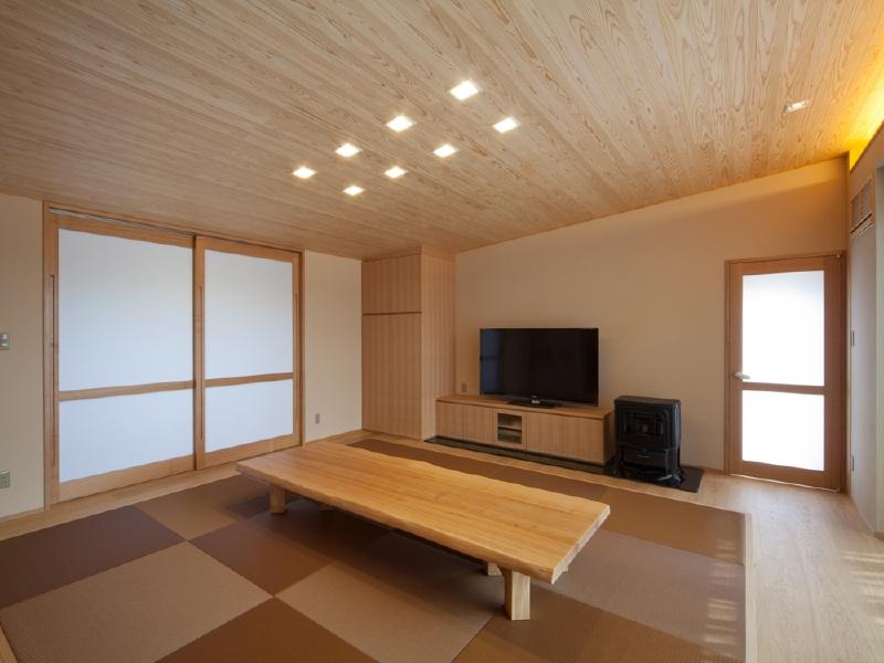 リビング 杉板の傾斜天井に間接照明を内蔵