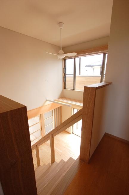 2階階段 リビングを見下ろす