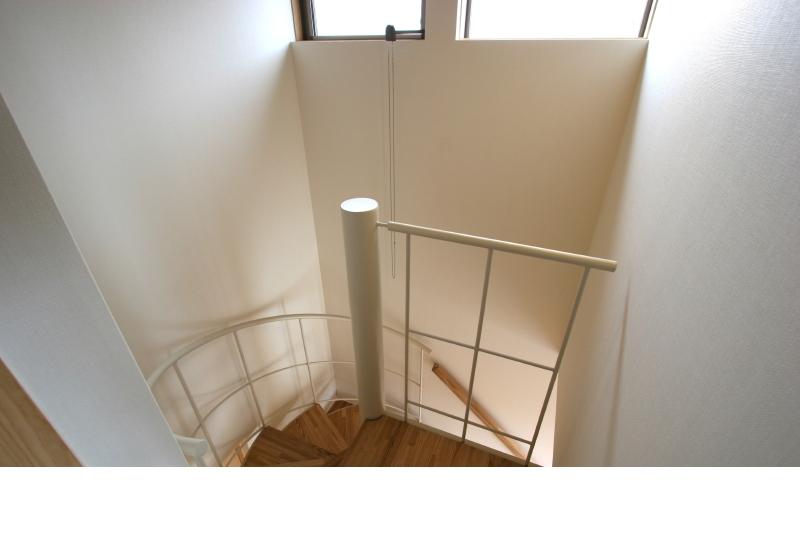らせん階段 夕日に壁がそまる設計