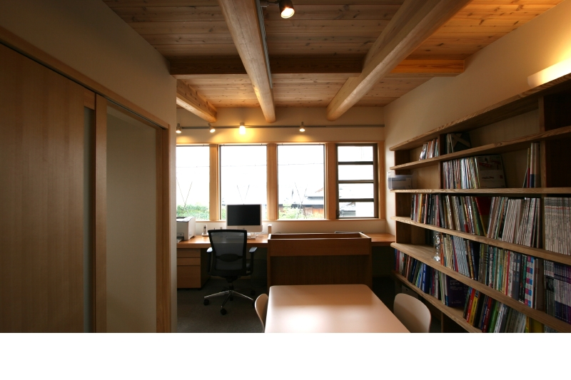 事務室 北面の安定した明かり