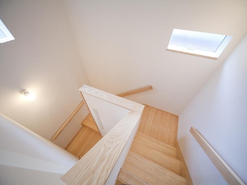 階段 明るく白基調