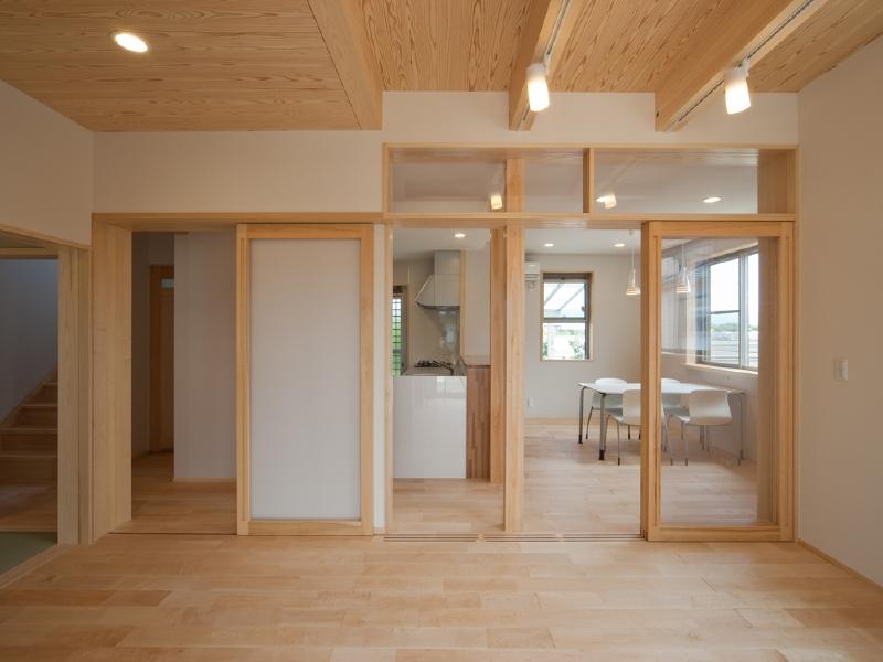 リビング 家の中心部、各室へ引戸でアクセス可能